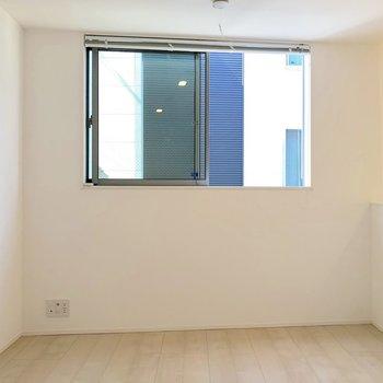 【2階】テレビ線は窓の下に。2階と3階どちらにもテレビが置けますね