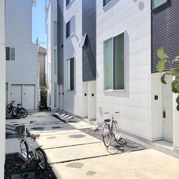 お部屋の前に自転車置場があります