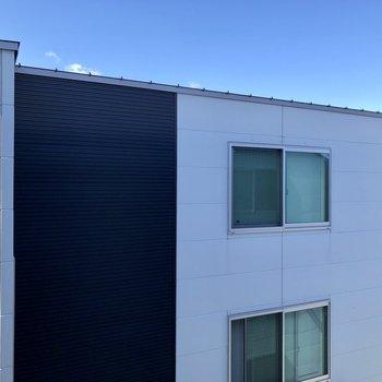 3階の窓からは同じアパートの別部屋が見えます