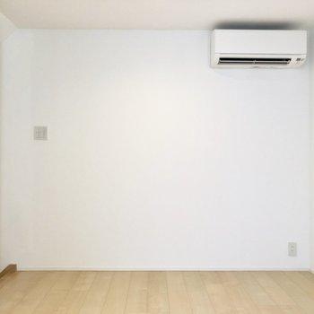 【2階】ここには丸いローテーブルを置きたいなあ。エアコンも付いていて快適に過ごせそう