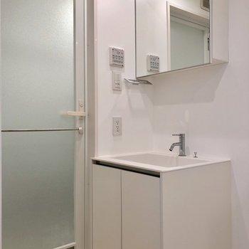 お隣には鏡の大きな独立洗面台があります