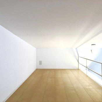 【ロフト】奥の壁にはコンセントがあり、天井が低くなっています