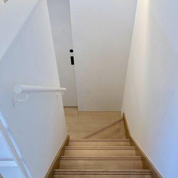 階段を下りて3階から2階へ