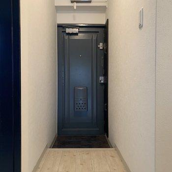 落ち着いた深青の扉