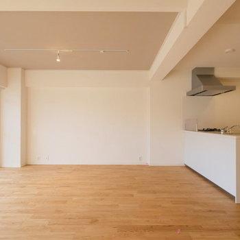 【カスタマイズイメージ】大きな家具を置くのに十分なゆとり※コンロ前だけ壁が立ちます。
