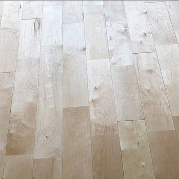 ふんわり明るくて無垢感もあるバーチの床材、アップで