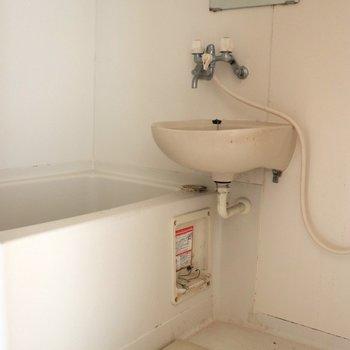 浴槽が深い2点ユニットバス※写真はクリーニング前・通電前のものです
