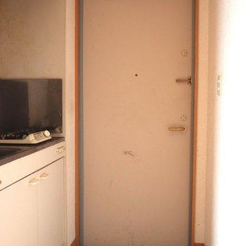 白くてがっしりした玄関※写真はクリーニング前・通電前のものです
