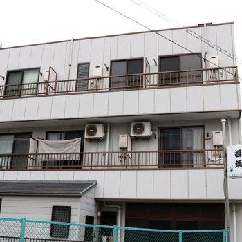スッキリした外観。1階はお寿司屋さんです