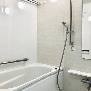 お風呂は大きい浴槽で、足を伸ばしてゆっくりできそう。