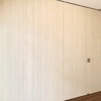 【洋室】仕切りを完全に閉めれば個室にすることも出来ます。