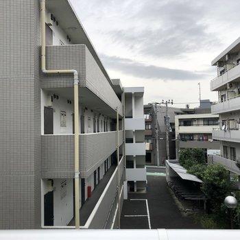 お隣のマンションが見えます。
