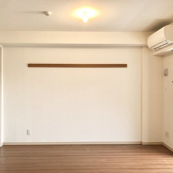 【洋室】こちらの壁にも長押があります。収納やインテリアに使えそう。