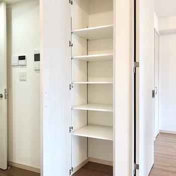 【LDK】キッチン横には多目的に使えそうな収納があります。