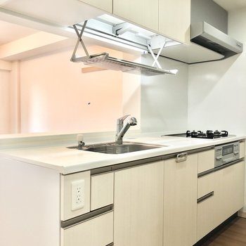 【LDK】カウンターキッチンなのでお部屋の様子を見ながら料理や片付けができます。