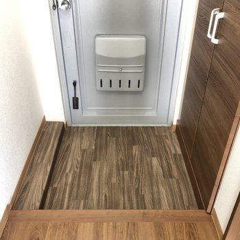 玄関の床も木目調。でもでも、カラーがちょこっと濃いめになってる!