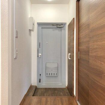 廊下に出でみました。右は洋室、左は水回りになっています。