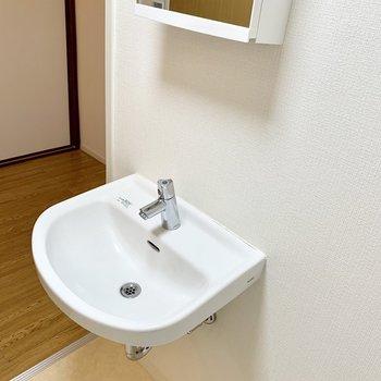 シンプルな洗面台。鏡裏に収納もあります。