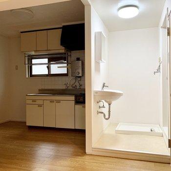 右がバス・トイレ、左がキッチン。