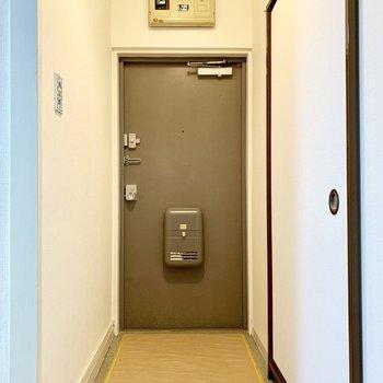 玄関もゆったり。靴箱はありません。