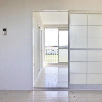 ガラス戸を開けてLDKの隣の洋室へ。