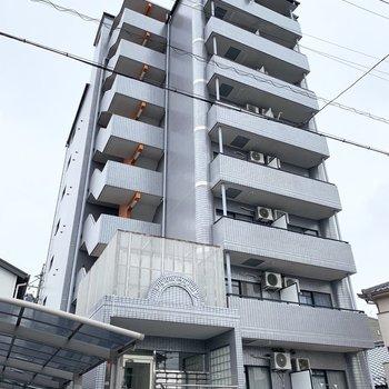 8階建てのマンションです。
