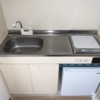 キッチンは1口IHのコンパクトなタイプ。※フラッシュ撮影です