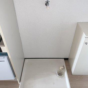 キッチン横に洗濯機置場。※フラッシュ撮影です