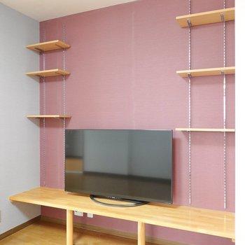備え付けのテレビボード。左右の棚は可変式だから、大画面のテレビだって置けます。