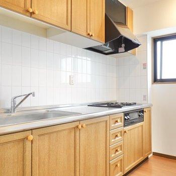 北欧らしい木の戸棚と、レールライトでとっても明るいキッチン!