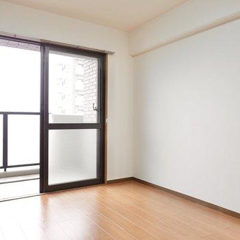 【洋Ⅱ】テレビボード横のドアの先がこの洋室。