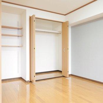 【洋Ⅰ】リビングとオープンになっている洋室。クローゼットと可変棚付き!