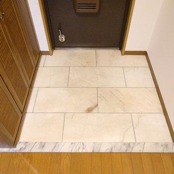 洋室を終えて、お次は玄関。少し広めの正方形。