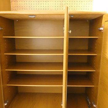 靴箱はかなりの容量。右手には5段ずつの収納。