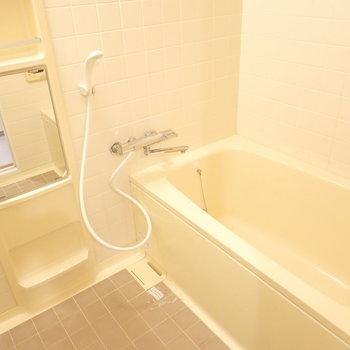 お風呂はシンプルですが、浴槽が広めで子どもも一緒に入れそう!