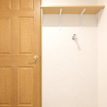 入り口側には洗濯機置き場と棚もしっかりと。