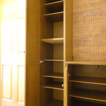 左の靴箱は細長い!天井近くまで高さがあります。どちらも棚は可変式です。