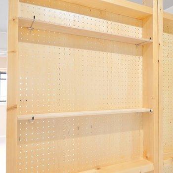 キッチン側には棚がつけられています。ここに調味料を飾ったらオシャレだろうなぁ〜。