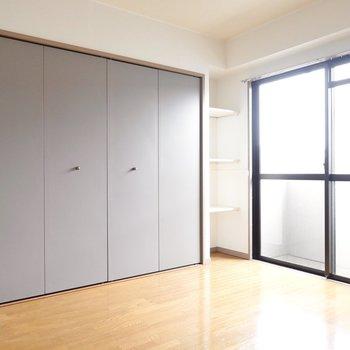 【廊下側洋室】クローゼットのグレーの戸がスタイリッシュですね。
