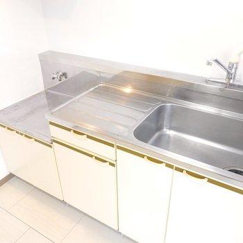 キッチンは作業スペースが広めです。コンロはご自分で設置を!