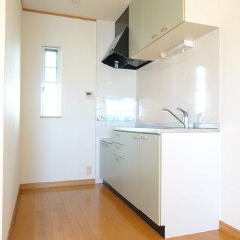 リビング奥にはキッチン。後ろにもしっかりスペースがあります。