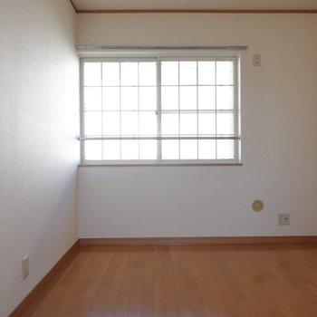 次は北側の洋室。こちらは5.25帖で、収納はありません。