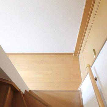 脱衣所は1階。階段を降りて右のドアです。