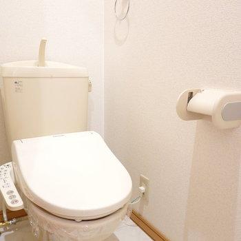 トイレは廊下横に。ウォシュレット付きです!