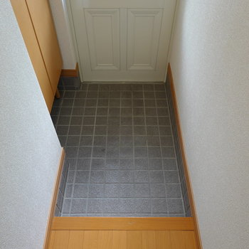 玄関は少し広め。靴箱が少し離れているので、スリッパがあると便利になりそう。