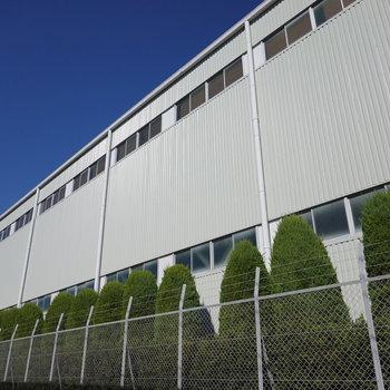 お部屋の裏手に工場があります!平日昼間でしたが、騒音は気になりませんでした。
