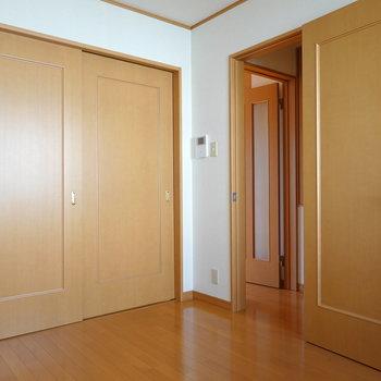 作業スペースや収納に使いたい。右のドアから階段へ行けます。