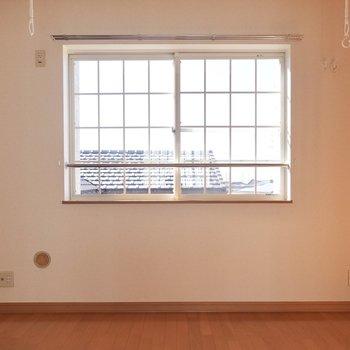 南の洋室は6帖!格子状の窓が可愛らしいですね。
