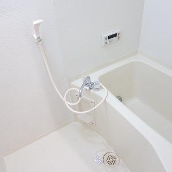 お風呂は白くてシンプル!追い焚き付きだから長風呂しちゃおうかな。