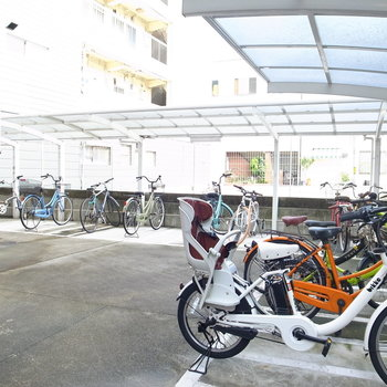 【共用部】駐輪場はマンションの横手にあります。